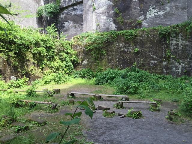 鋸山岩舞台ベンチ